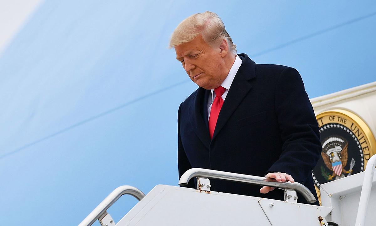 Cựu tổng thống Trump tại sân bay Andrews hôm 12/1. Ảnh: AFP