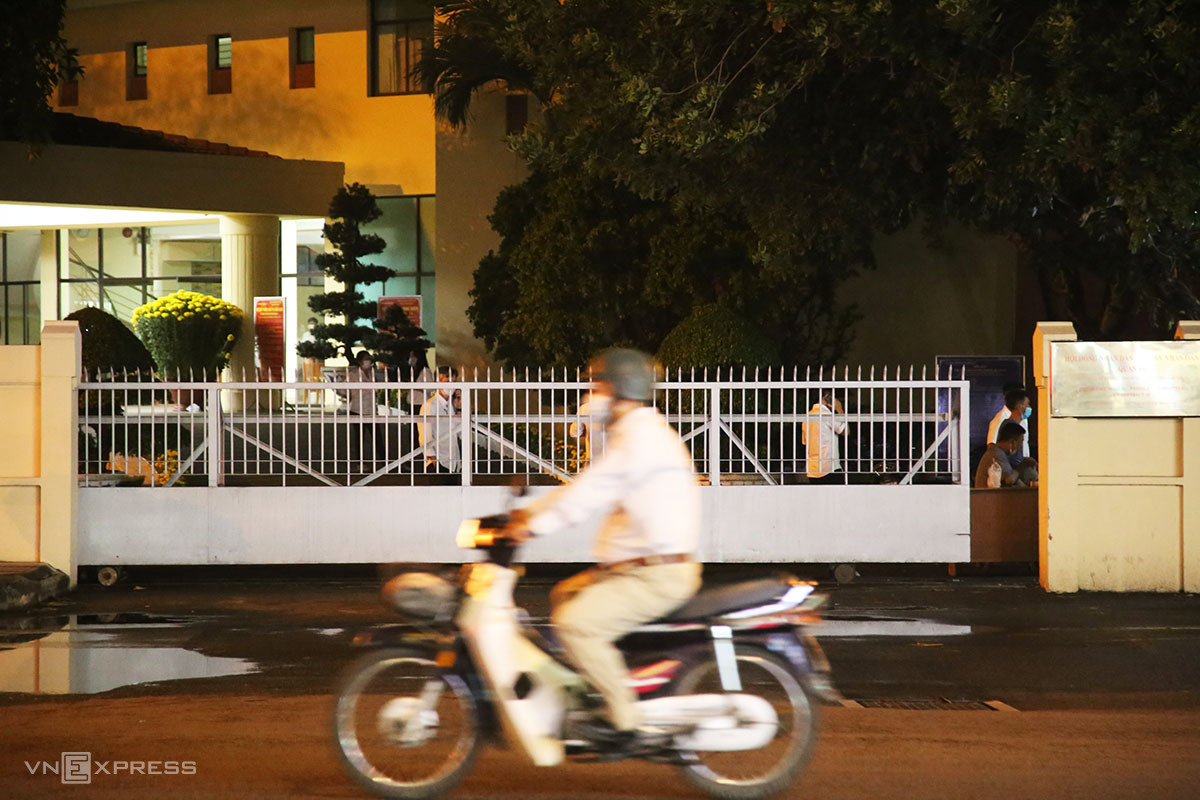 Phía trước Trung tâm hành chính quận 10, tối 8/2. Ảnh: Đình Văn.