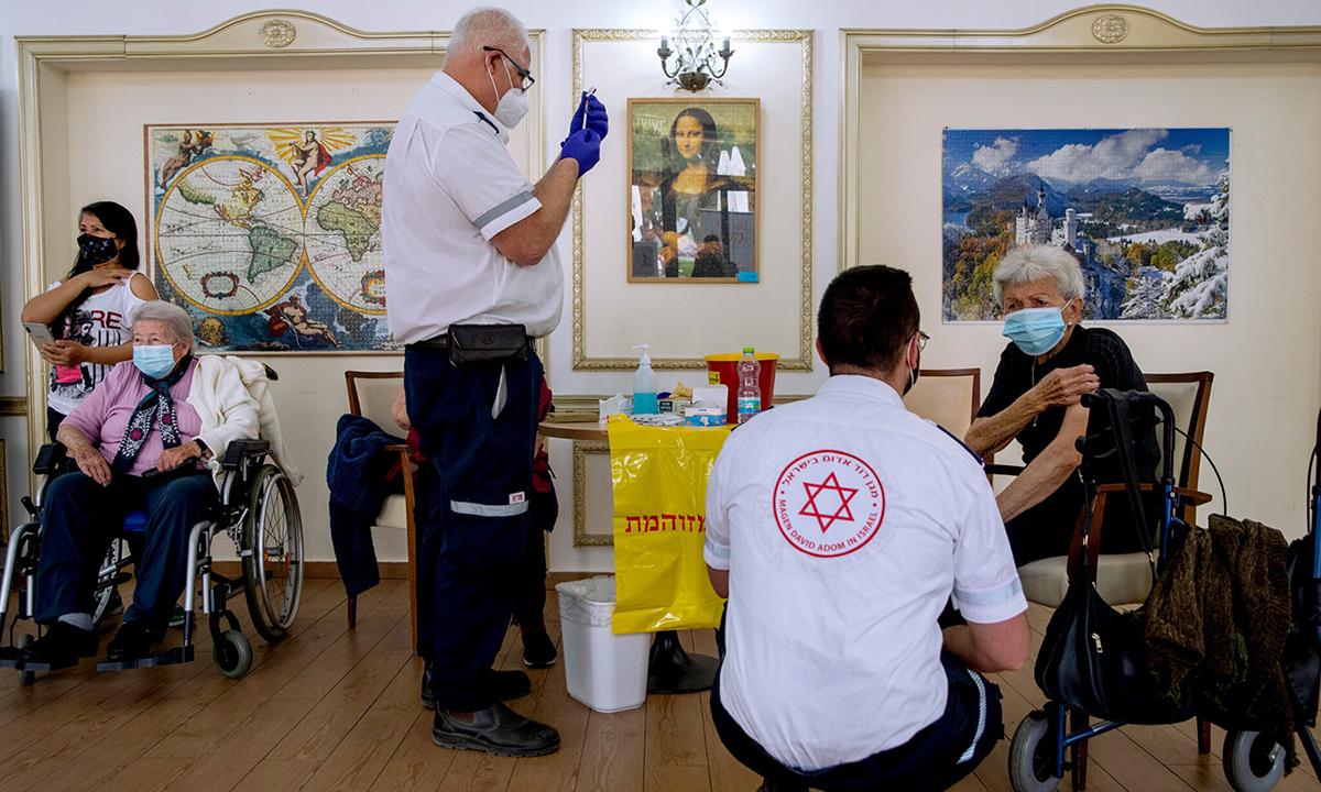 Nhân viên y tế tiêm vaccine Covid-19 tại viện dưỡng lão ở Ramat Gan, Israel. Ảnh: NYTimes.