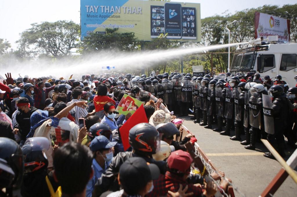 Cảnh sát phun vòi rồng vào người biểu tỉnh ở thủ đô Naypyidaw, Myanmar, hôm 9/2. Ảnh: AFP