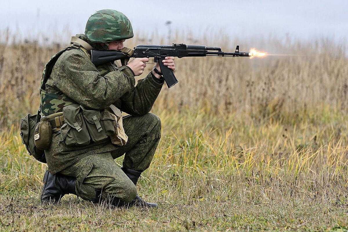 Một binh sĩ Nga khai hỏa súng AK-74. Ảnh: TASS.