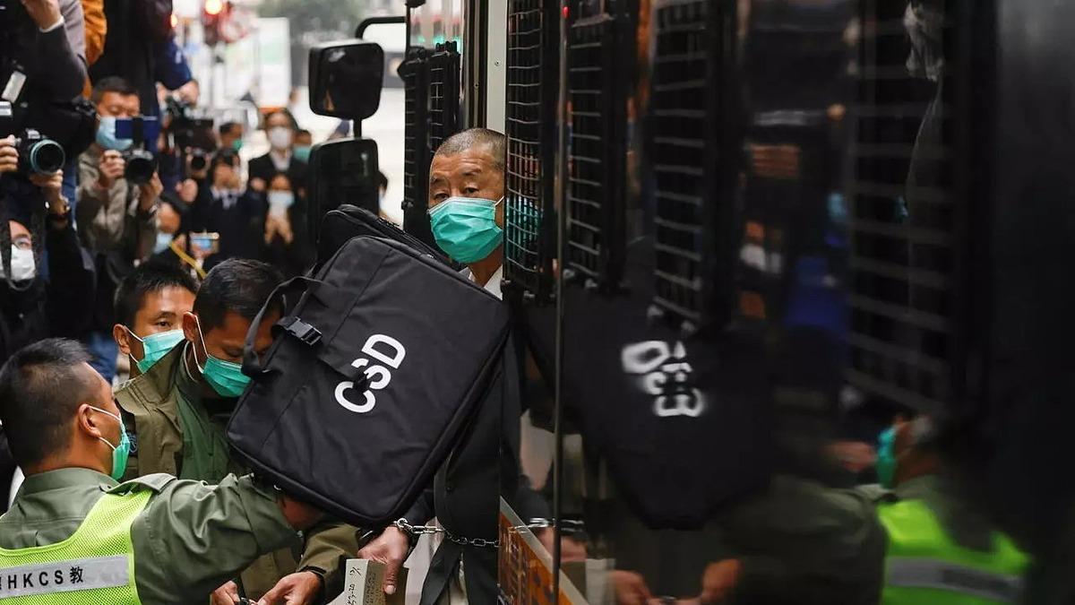 Jimmy Lai bị áp tải tới tòa phúc thẩm Hong Kong hôm 9/2. Ảnh: Reuters