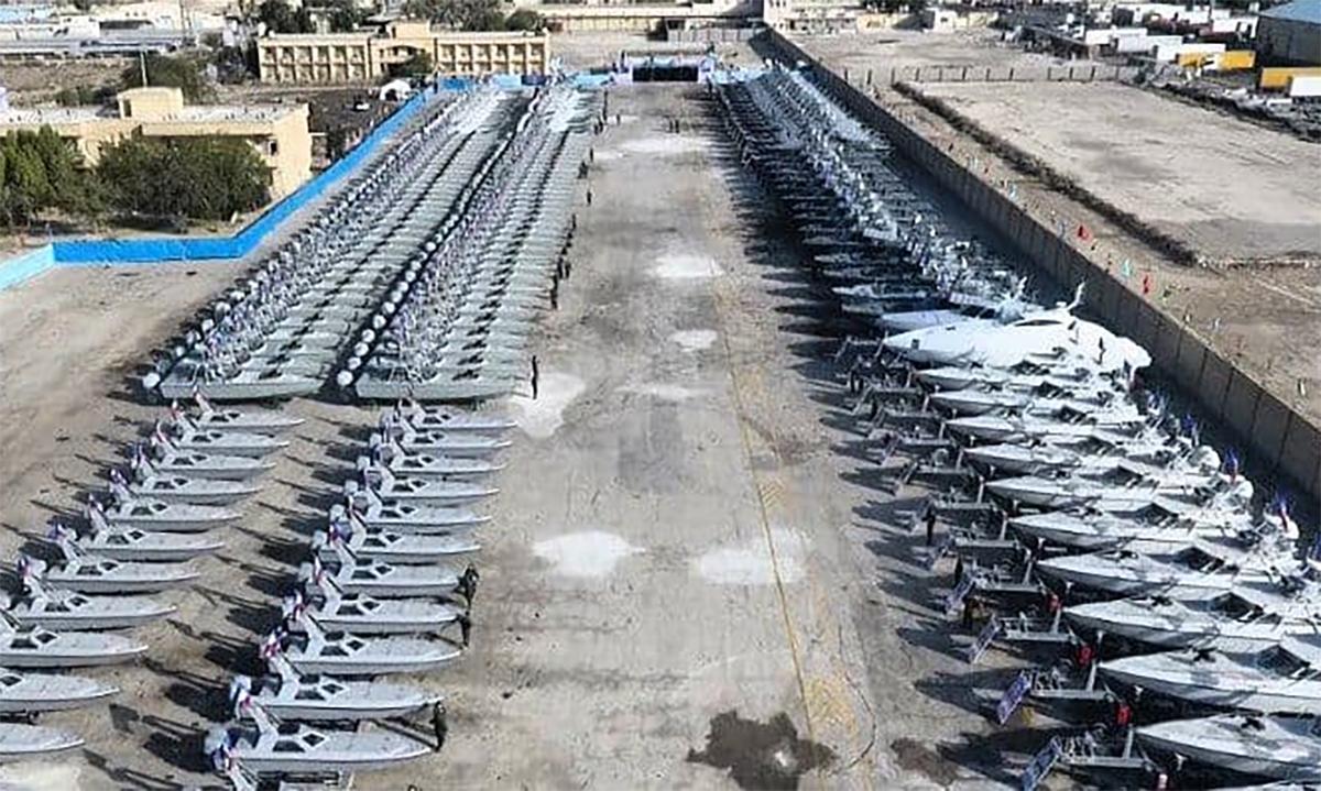 Lễ biên chế hơn 300 xuồng vũ trang cao tốc của Vệ binh Cách mạng Hồi giáo Iran tại thành phố Bandar Abbas, ngày 8/2. Ảnh: GlobalTV.