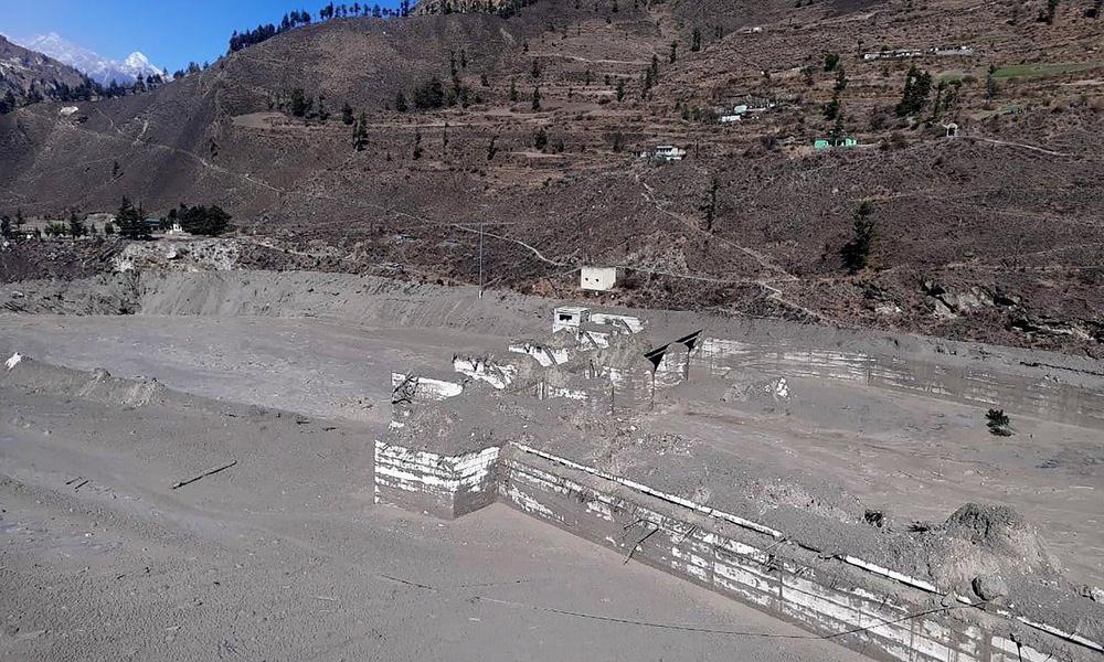 Dự án thủy điện Dhauli Ganga tại bang Uttarakhand, Ấn Độ, chìm trong bùn lầy và tro bụi hôm 7/2. Ảnh: AP.