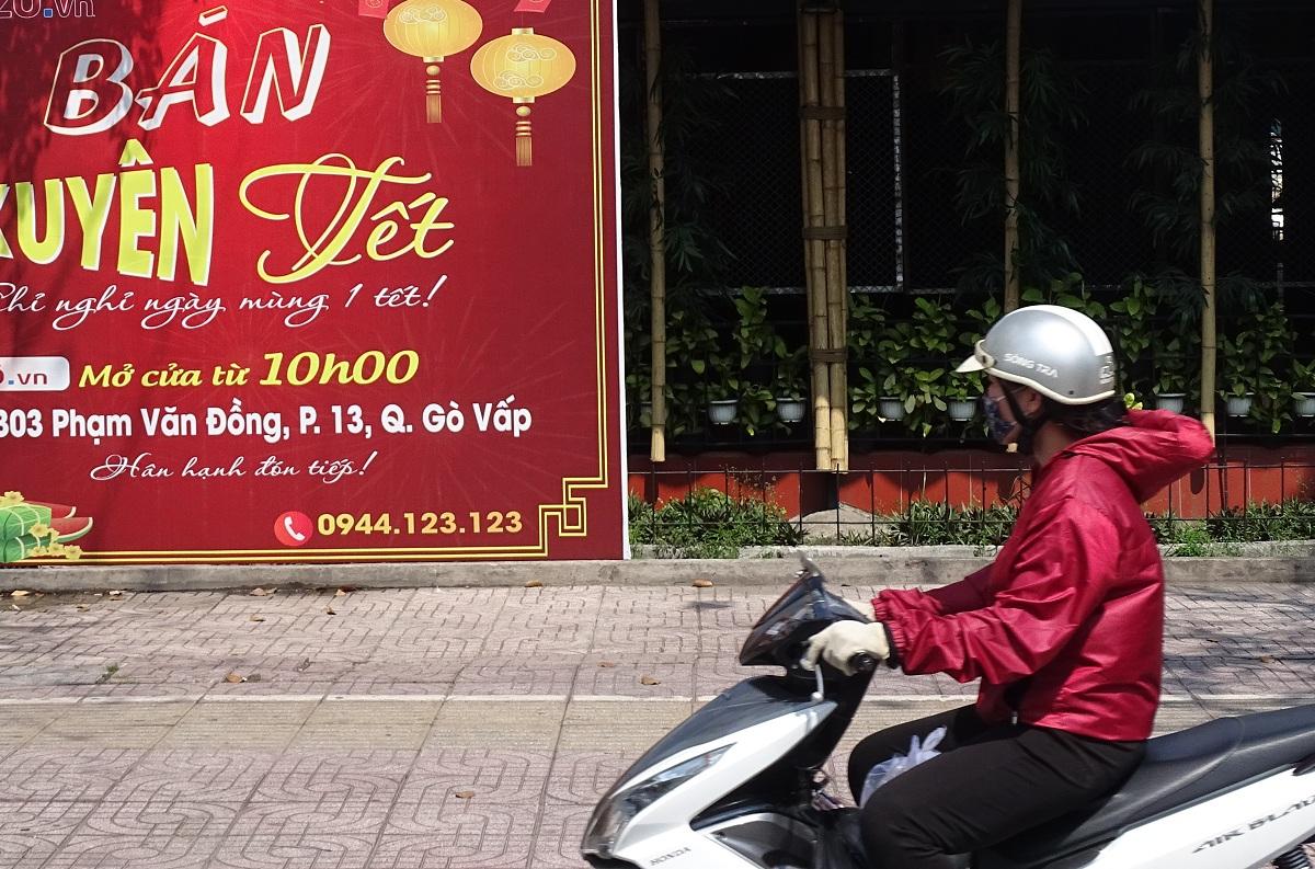 Bảng hiệu bán xuyên Tết của một quán nhậu trên đường Phạm Văn Đồng nhưng bên trong đã ngừng hoạt động. Ảnh: Hà An.