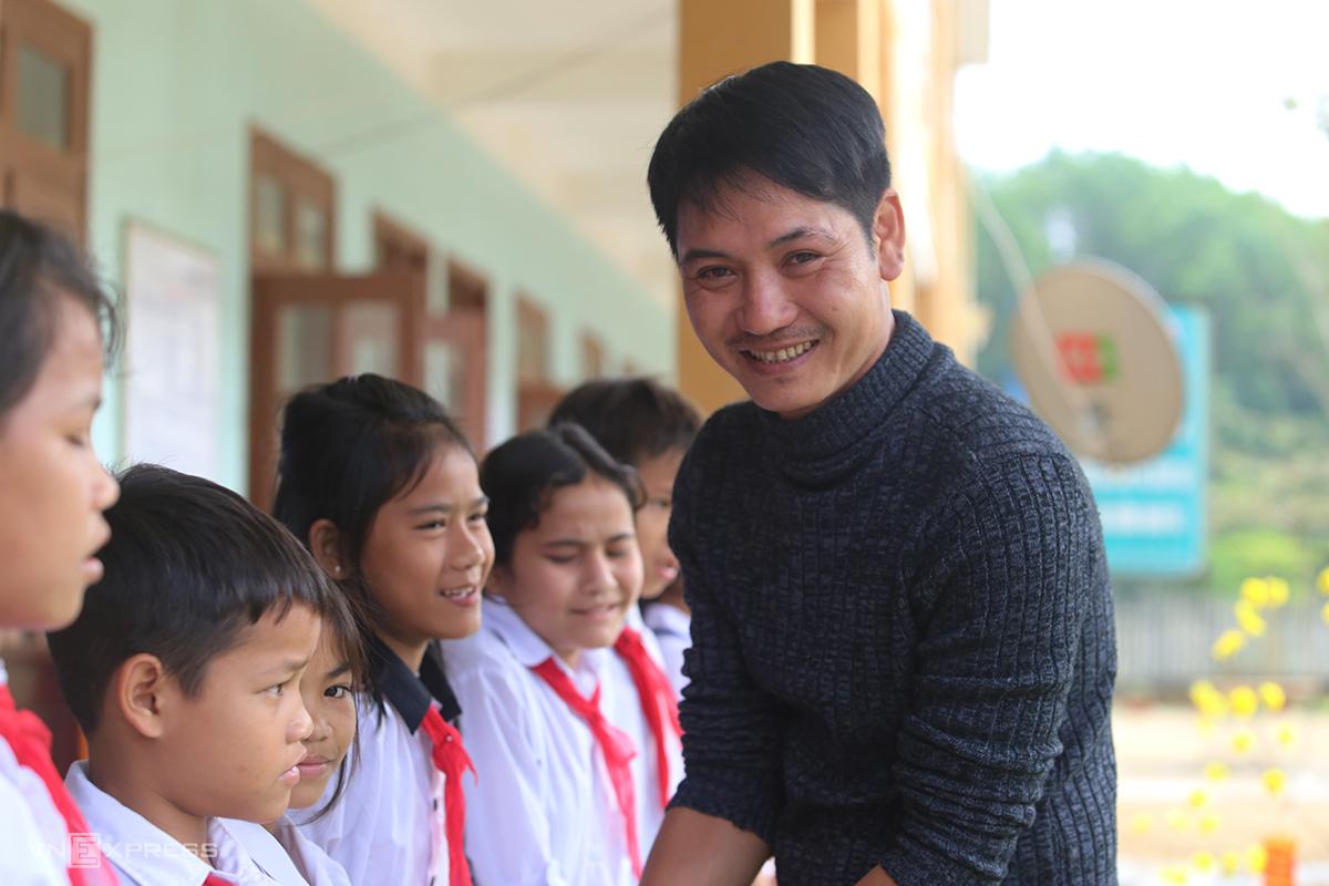Thầy Nguyễn Trần Vỹ trao quà Tết cho học sinh xã Trà Leng, huyện Nam Trà My. Ảnh: Đắc Thành.