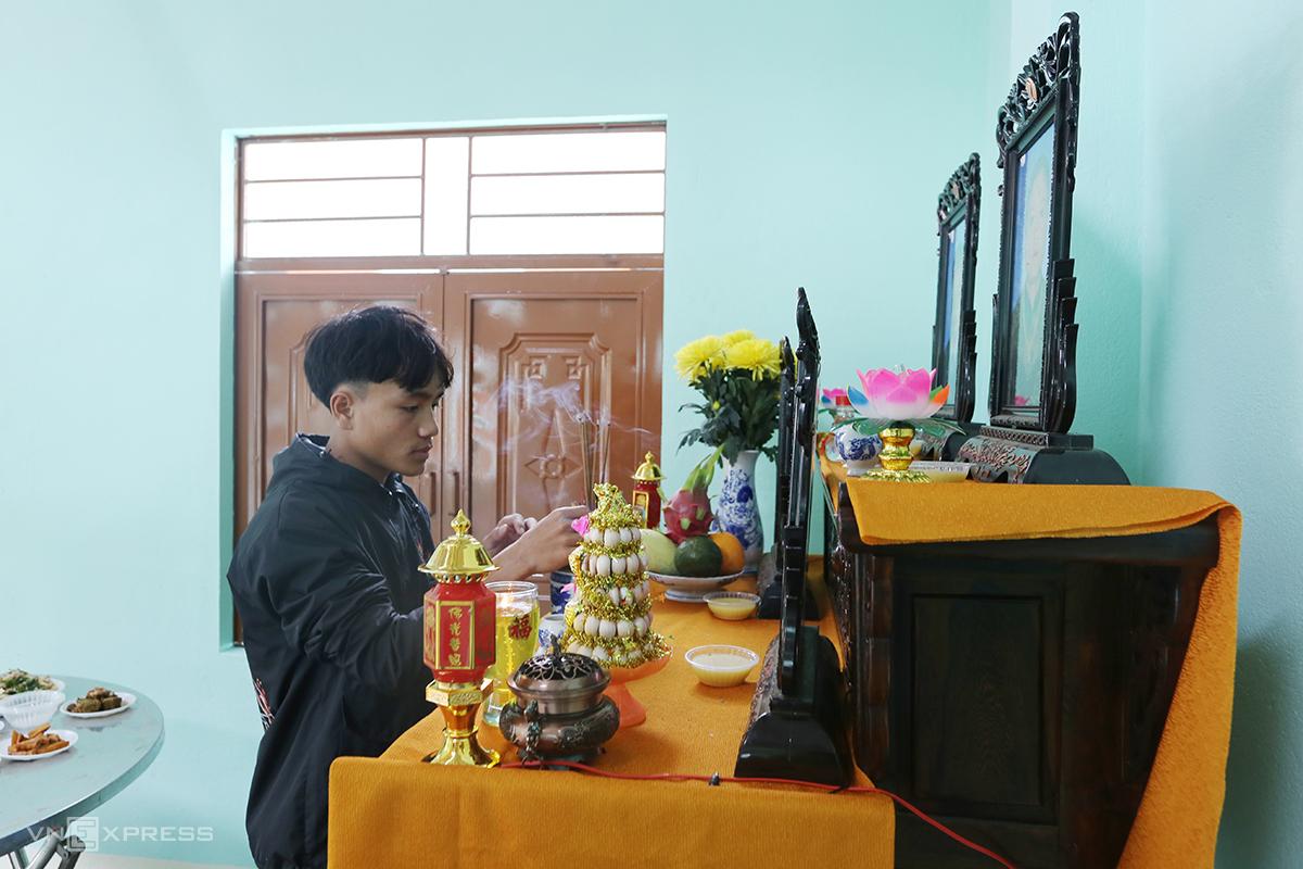Hồ Văn Hải thắp hương cúng đầu năm ở nhà mới. Ảnh: Đắc Thành.