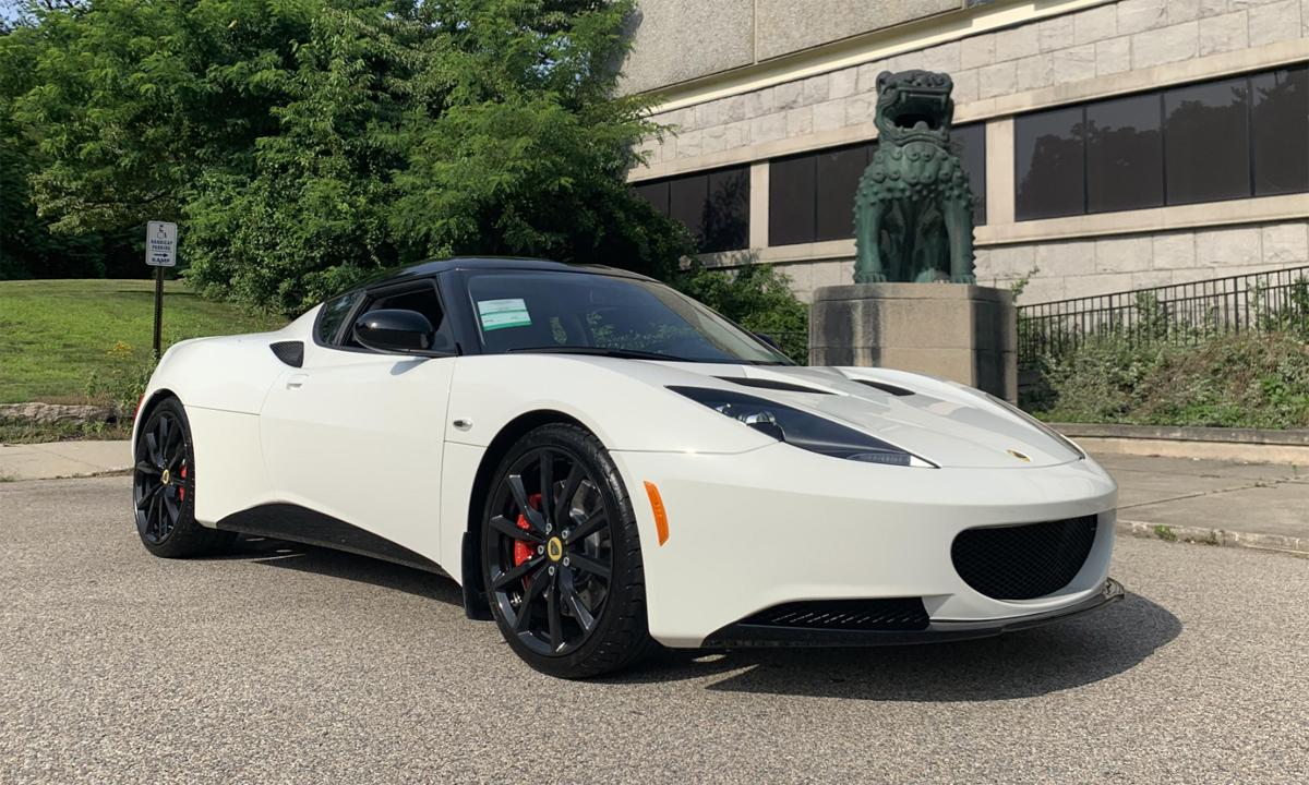 Lotus Evora S đời 2014 có màu trắng, được bán sau gần một thập kỷ nằm trong đại lý. Ảnh: Secor Lotus
