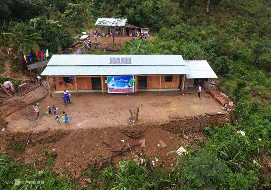 Điểm trường Lang Lương, thôn 1, xã Trà Tập được câu lạc bộ của thầy Vỹ kết nối để nhà tài trợ xây dựng và lắp điện năng lượng mặt trời. Ảnh: Đắc Thành.