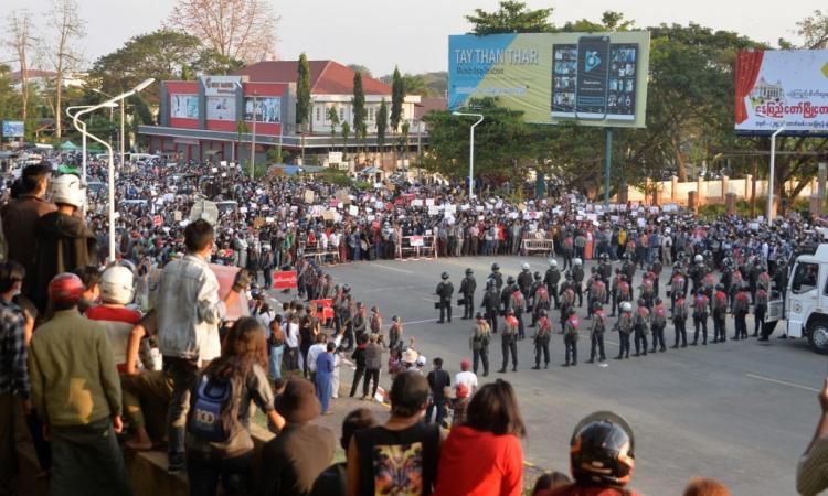 Đám đông biểu tình vây quanh lực lượng cảnh sát ở Naypyidaw, Myanmar, hôm 8/2. Ảnh: AFP.
