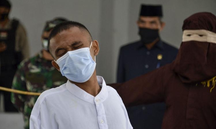 Người đàn ông theo đạo Thiên chúa bị cảnh sát Sharia quất roi công khai ở Aceh, Indonesia, hôm 8/2. Ảnh: AFP.