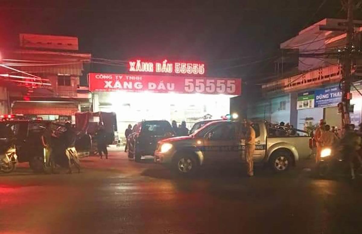 Công an khám xét một cây xăng ở huyện Trảng Bom nằm trong đường dây sản xuất xăng giả trên tối 6/3. Ảnh: Thái Hà
