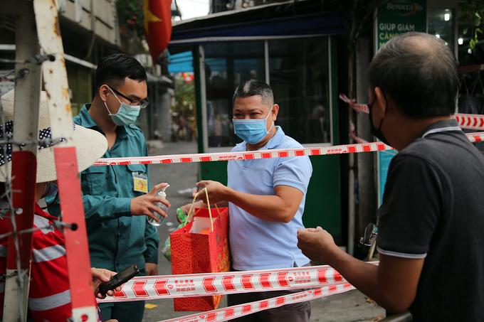 Khu dân cư Mã Lạng ở quận 1 với khoảng 3.500 người đang bị phong toả vì liên quan ca Bệnh nhân 2005 ở sân bay Tân Sơn Nhất. Ảnh: Đình Văn.