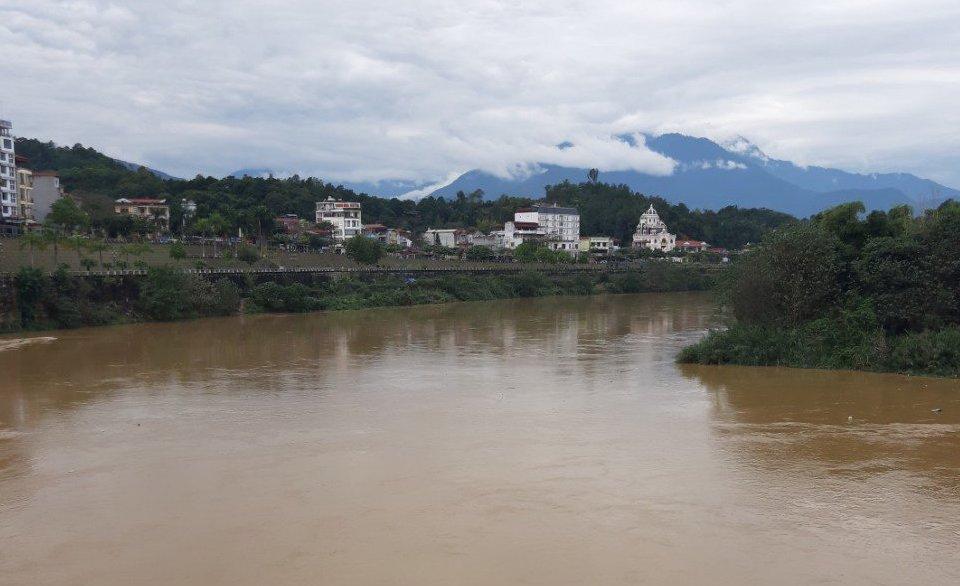Mưa to kết hợp với nước từ thượng nguồn khiến lũ trên sông Hồng đoạn qua Lào Cai lên bất thường. Ảnh: Nguyễn Chỉnh