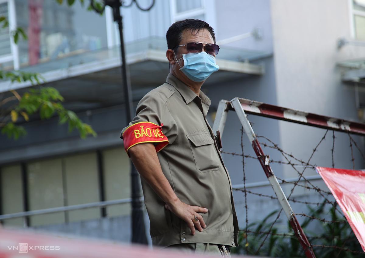Một phần chung cư Carillon tại phường 13, quận Tân Bình bị phong tỏa chiều 9/2. Ảnh: Đình Văn.