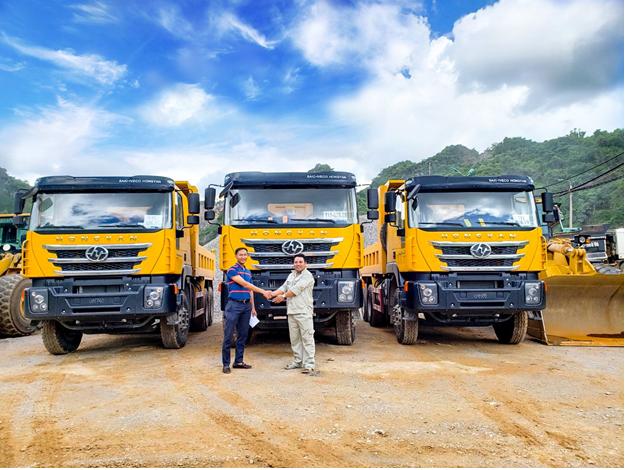 Khách hàng nhận bàn giao xe tải Iveco – Hongyan từ Trường Thịnh Group. Ảnh: Trường Thịnh Group.
