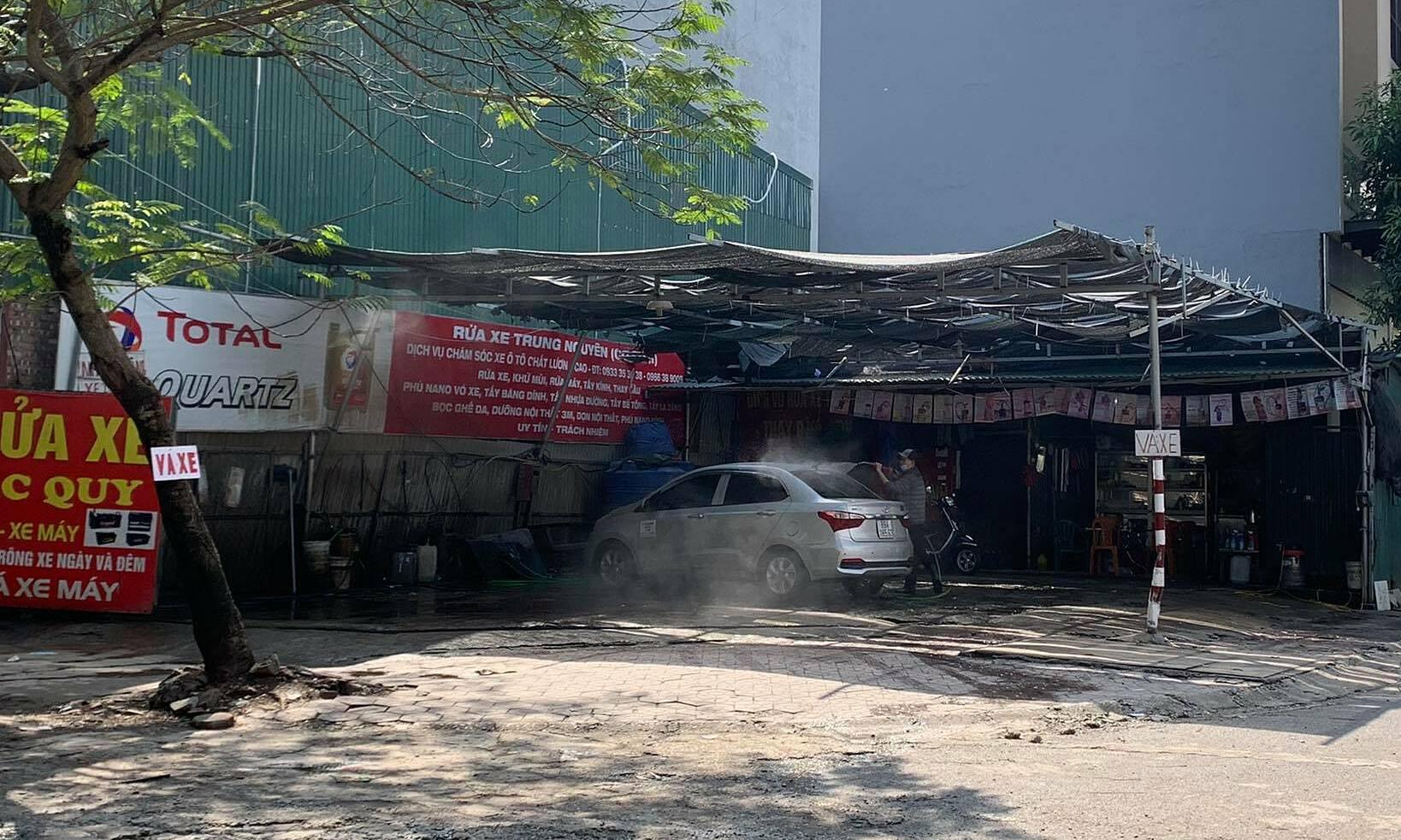 Khung cảnh vắng khách tại một quán rửa xe tại khu vực Cầu Giấy. Ảnh: Minh Quân