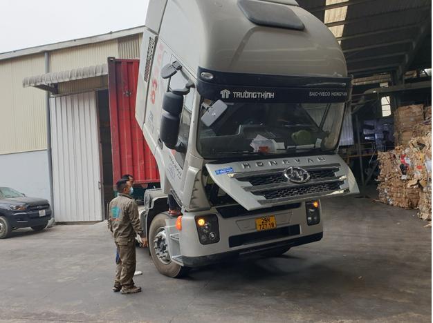 Kỹ thuật viên của Trường Thịnh Group đang kiểm tra, bảo dưỡng xe định kỳ cho khách hàng.