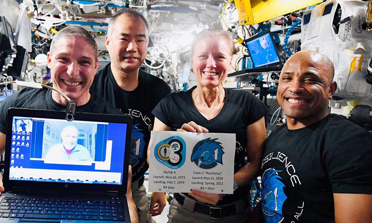 Phi hành đoàn Crew-1 trò chuyện với phi hành gia Ed Gibson (màn hình máy tính). Ảnh: NASA.