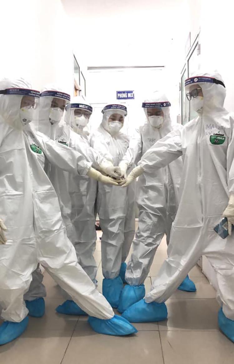 Những thành viên Khoa Xét nghiệm làm việc trong phòng lab. Ảnh: Khoa Xét nghiệm - Trường Đại học Kỹ thuật Y tế Hải Dương.