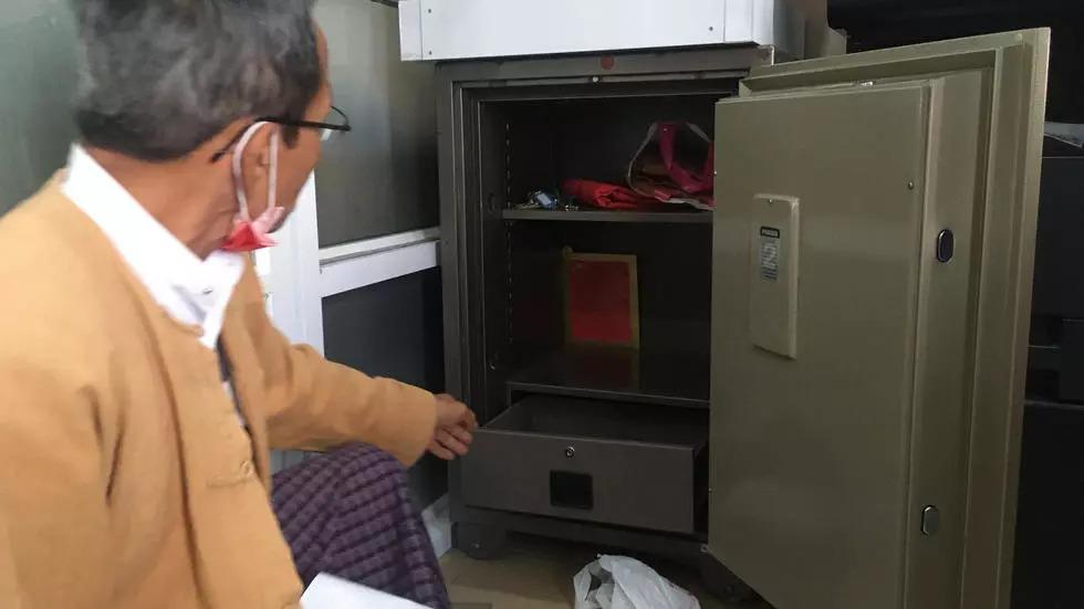 Két tiền bên trong két sắt lớn tại trụ sở đảng NLD ở Yangon sáng 10/2. Ảnh: AFP