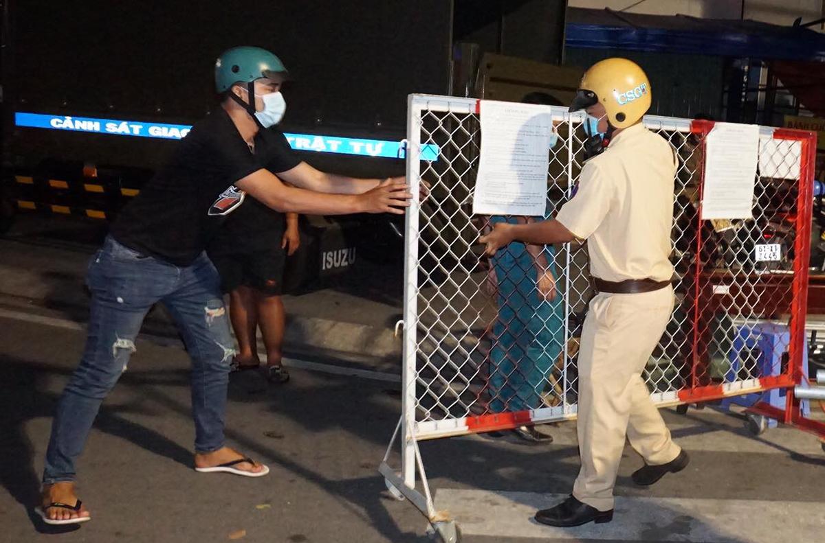 Cảnh sát dỡ phong tỏa khu vực gần Đại học Thủ Dầu Một. Ảnh: Nguyệt Triều