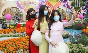 Tham quan đường hoa Nguyễn Huệ thời 'giãn cách'