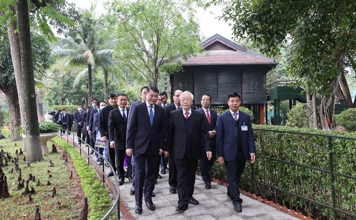 Cùng đi với Tổng Bí thư, Chủ tịch nước Nguyễn Phú Trọng (giữa) có Bí thư Trung ương Đảng, Chánh Văn phòng Trung ương Lê Minh Hưng (đầu tiên bên trái). Ảnh: TTXVN