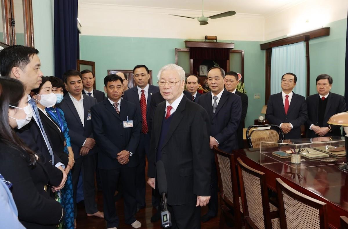 Tổng Bí thư, Chủ tịch nước Nguyễn Phú Trọng nói chuyện thân mật với cán bộ, nhân viên Khu Di tích Chủ tịch Hồ Chí Minh ở Phủ Chủ tịch. Ảnh: TTXVN