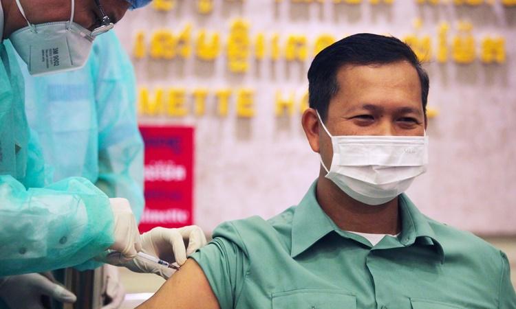 Hun Manet, con trai Thủ tướng Campuchia Hunsen, tiêm mũi vaccine Covid-19 đầu tiên ngày 10/2. Ảnh: Reuters.
