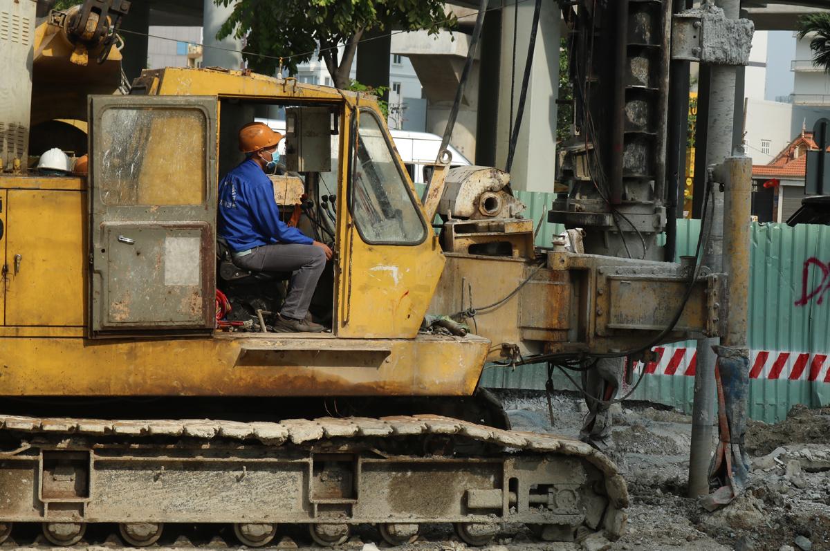 Anh Phạm Thanh Tuấn, 32 tuổi, điều khiển máy khoan cọc xi-măng đất tại dự án sửa đường Nguyễn Hữu Cảnh, sáng 30 Tết. Ảnh: Gia Minh.