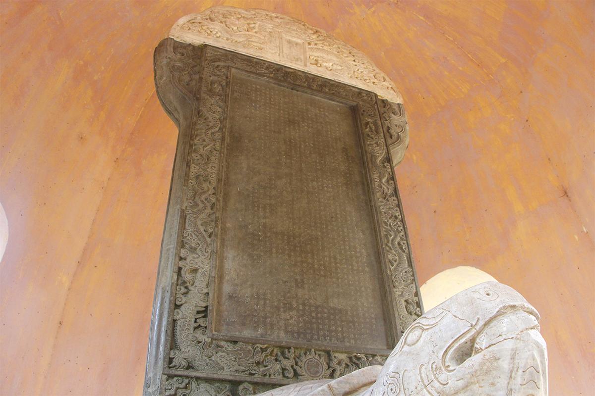 Tấm bia đá Ngự kiến thiên mụ tự ở trong khuôn viên chùa Thiên Mụ. Ảnh: Võ Thạnh