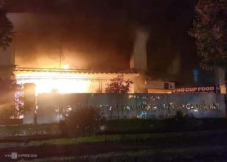 Đám cháy bùng lên ở khuôn viên trung tâm huấn luyện. Ảnh: V.N