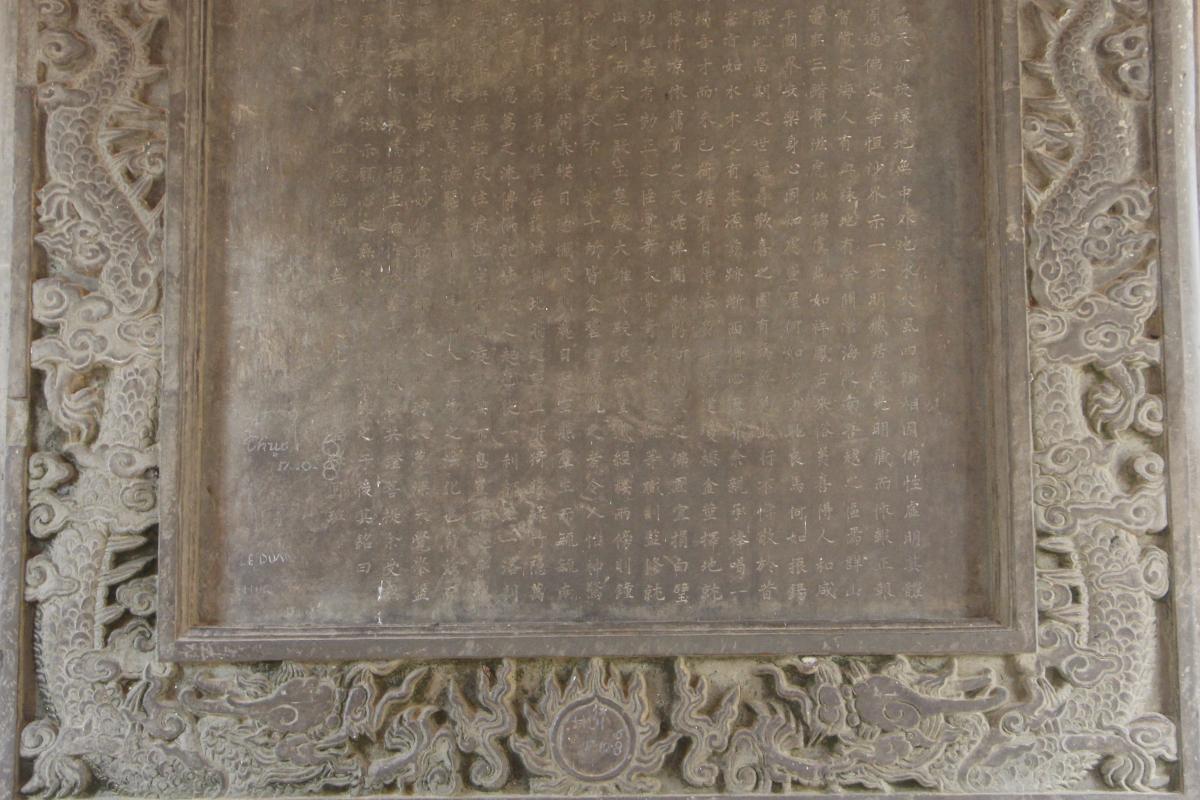 Nét chữ khắc trên bia đá rõ ràng tồn tại đến ngày nay. Ảnh: Võ Thạnh