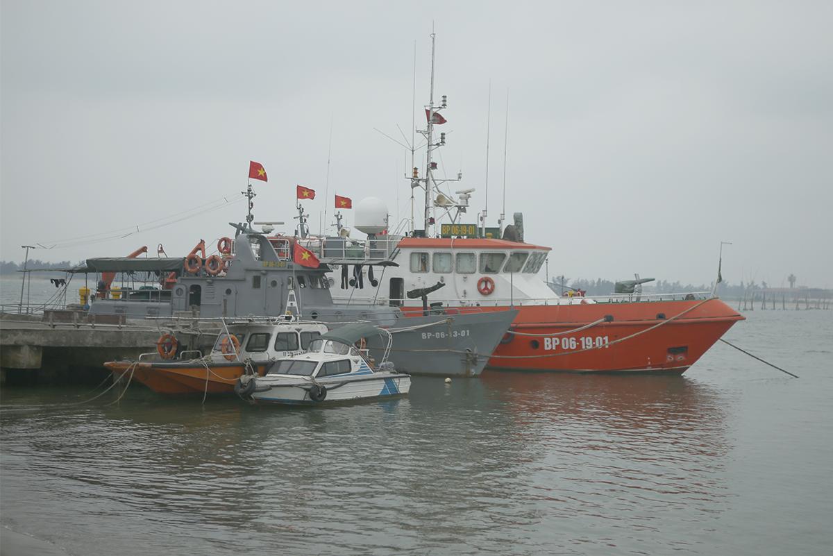 Nhóm tàu cứu hộ của Hải đội 2 neo tại bờ để trực nhiệm vụ. Ảnh: Nguyễn Hải