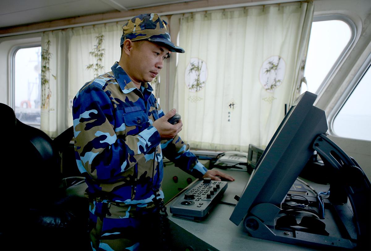 Thượng úy Trần Quang Vinh trên con tàu cứu hộ. Ảnh: Nguyễn Hải