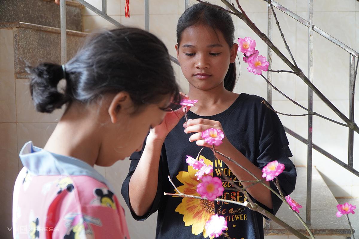 Những đứa trẻ Trung tâm bảo trợ xã hội tổng hợp trang trí cây đào trong căn phòng của mình để đón Tết. Ảnh: Trần Hóa.