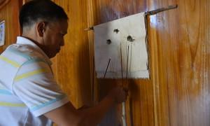 Phụ nữ Mông chặt cây rừng làm giấy dịp Tết