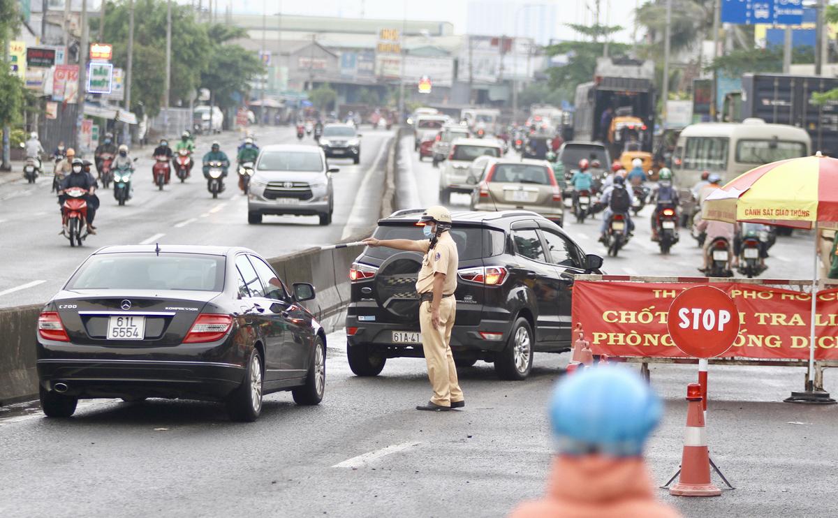 Trạm kiểm soát dịch trên quốc lộ 13, đoạn chân cầu Vĩnh Bình giáp ranh TP Thủ Đức và Bình Dương, tháng 4/2020. Ảnh: Gia Minh.