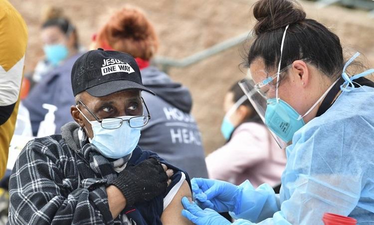 Y tá tiêm vaccine Covid-19 của Moderna trong chương trình phân phối vaccine cho người trên 65 tuổi tại bang California, Mỹ hôm 10/2. Ảnh: AFP.
