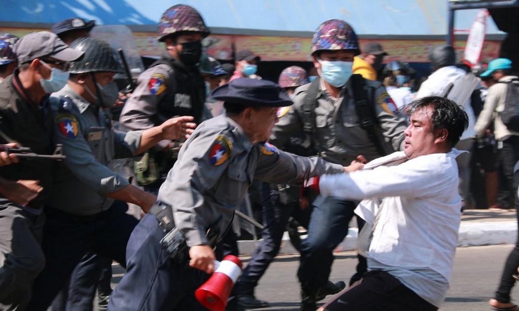 Cảnh sát bắt một người biểu tình chống đảo chính tại thành phố Mawlamyine, Myanmar, hôm nay. Ảnh: AFP.