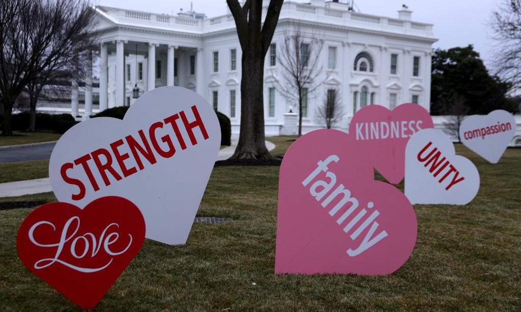 Các trái tim mang thông điệp được đặt trên bãi cỏ phía bắc Nhà Trắng hôm nay. Ảnh: AFP.