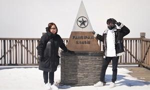 Du khách kéo lên đỉnh Fansipan đầu năm mới