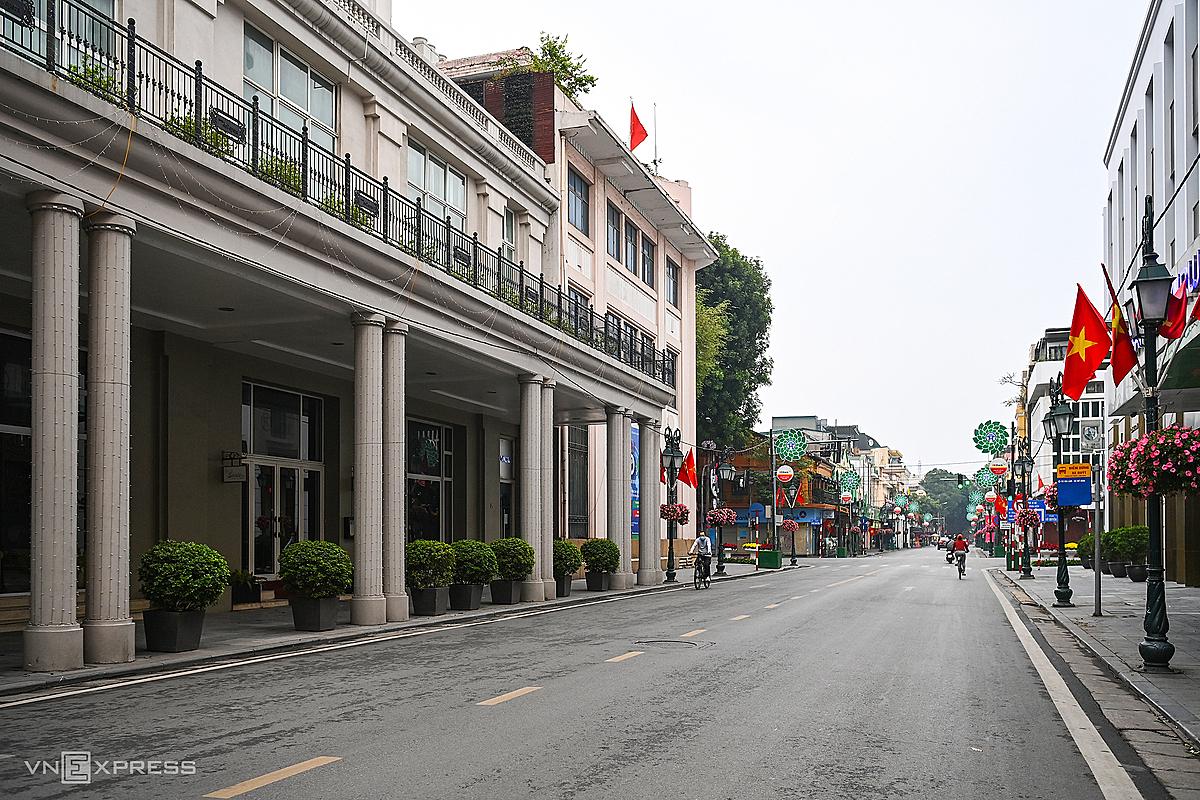 Đường phố Hà Nội vắng vẻ trong sáng mùng 1 Tết. Ảnh: Giang Huy.