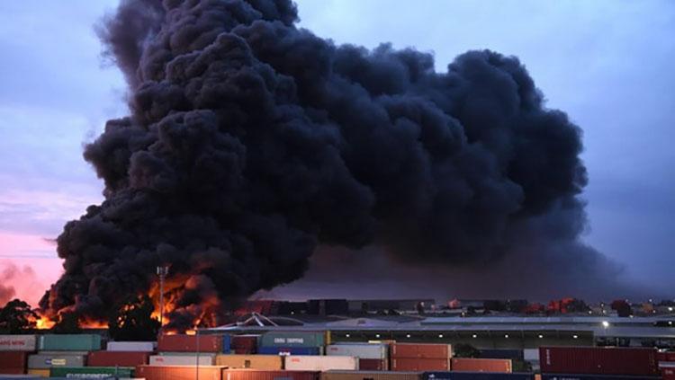 Cột khói bốc cao từ vụ cháy nhà máy ở ngoại ô West Footscra. (Ảnh: heraldsun.com.au)