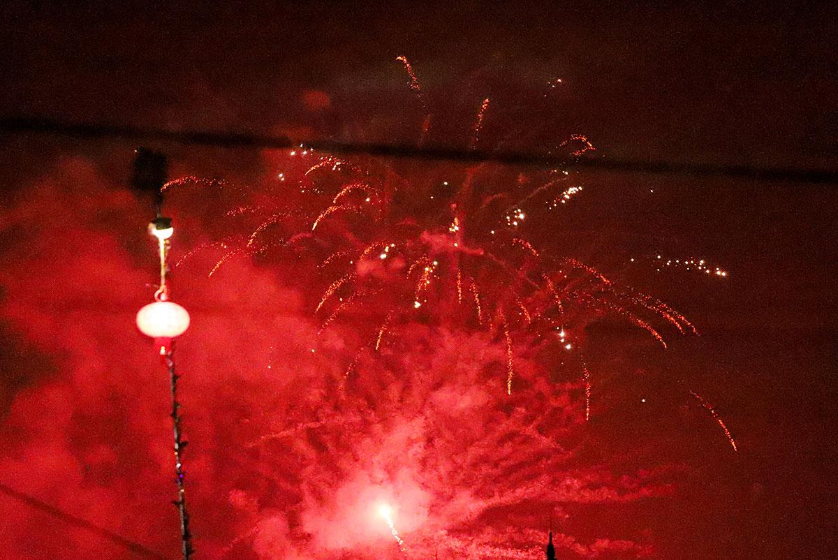 Pháo nổ đỏ rực cả một góc trời ở thị xã Hồng Lĩnh sau đêm giao thừa. Ảnh: Đức Hùng