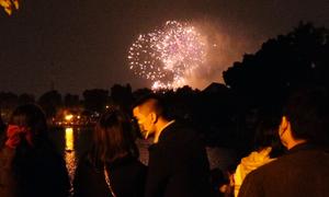 Người Hà Nội đổ đến công viên xem pháo hoa đón Tết