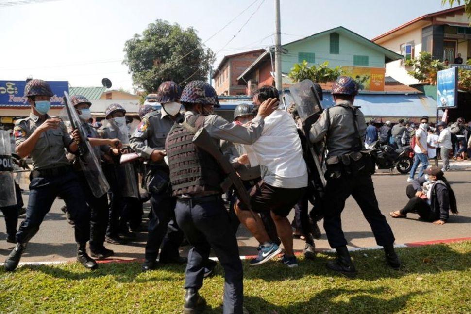 Người biểu tình bị cảnh sát bắt giữ ở Mawlamyine hôm 12/2. Ảnh: Reuters