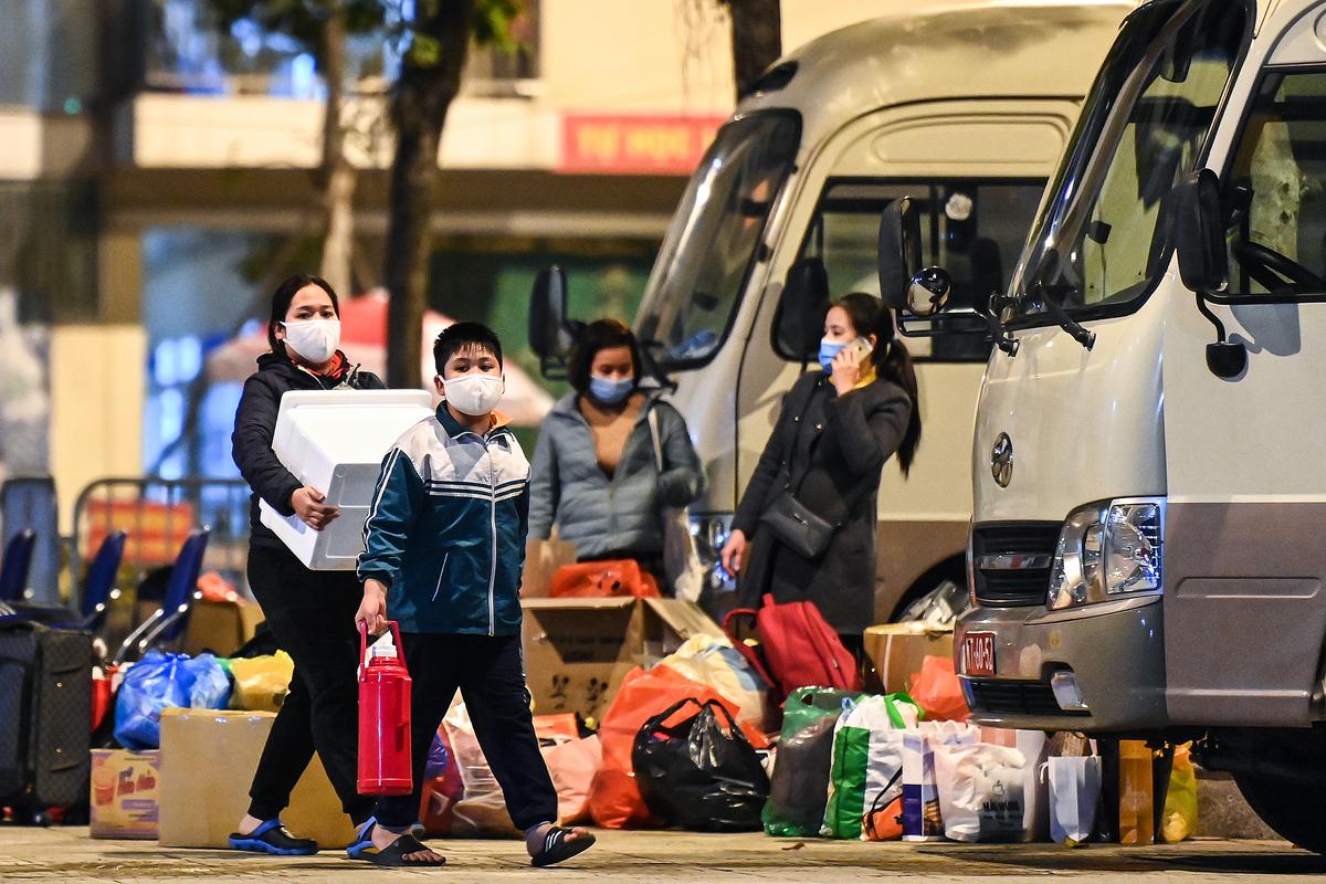 Học sinh, phụ huynh và các giáo viên trường Tiểu học Xuân Phương (Nam Từ Liêm) sẽ được về cách ly tại nhà từ ngày 14/2. Ảnh: Giang Huy.