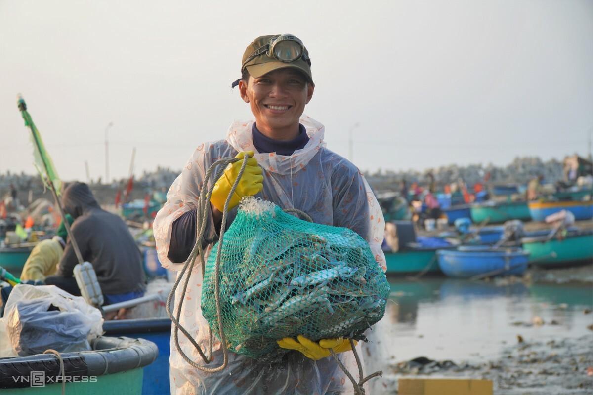 Ngư dân Nguyễn Văn Út đưa số ghẹ vừa đánh được vào bờ bán. Ảnh: Việt Quốc.